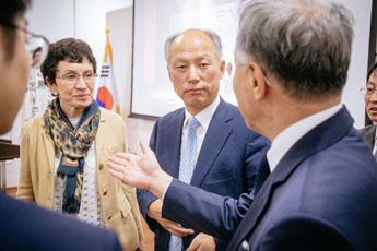Людмила Куланина, советник Алексея Шабурова, и Ким Бён Ги во время беседы с послом Республики Корея в России Ли Сок Пэ