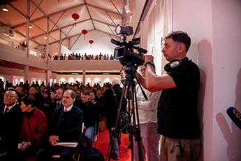 Различные СМИ берут интервью у участников выставки