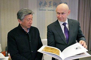Встреча директора Современного музея каллиграфии Алексея Шабурова с председателем Ассоциации деятелей искусства КНР Фань Дианем состоялась в Пекине