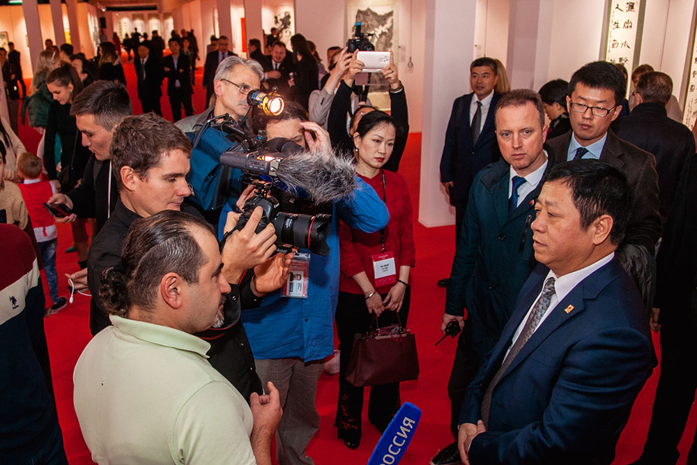 The delivery of a gift to Extraordinary and Plenipotentiary Ambassador of the People's Republic of China in Russian Federation Mr Zhang Hanhui during the finals of Soutache China auteur jewelry contest