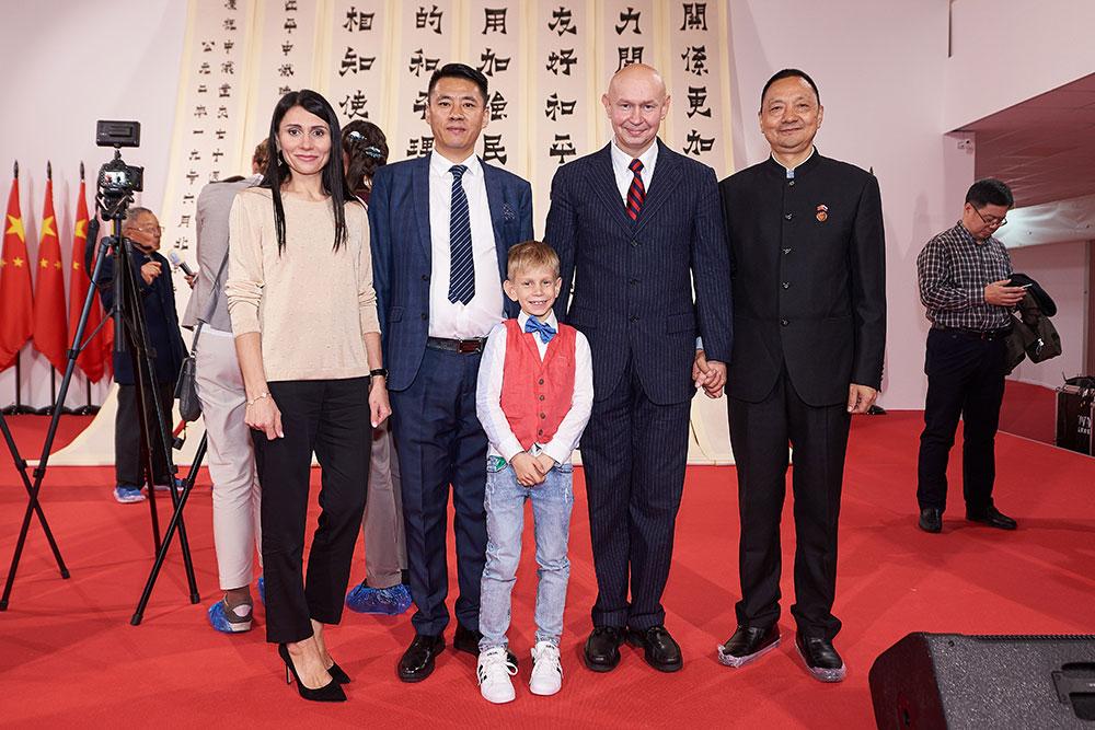 Директор Музея мировой каллиграфии Алексей Шабуров и член Всекитайской ассоциации каллиграфов, профессор учебного центра при Китайской ассоциации каллиграфов господин Мао Гуансун