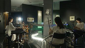Гугак на фоне выставки корейской каллиграфии