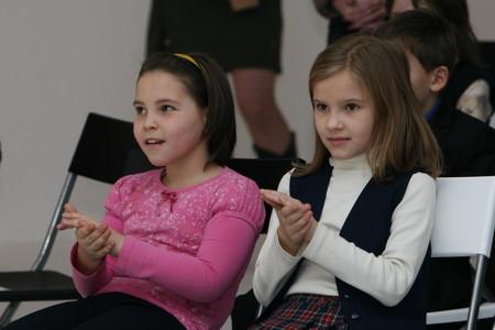 Прекрасные лица детей на выставке каллиграфии